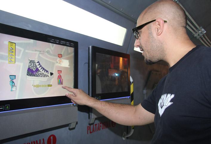 Fierita Catalano, amigo de la marca, armando SU zapatilla.