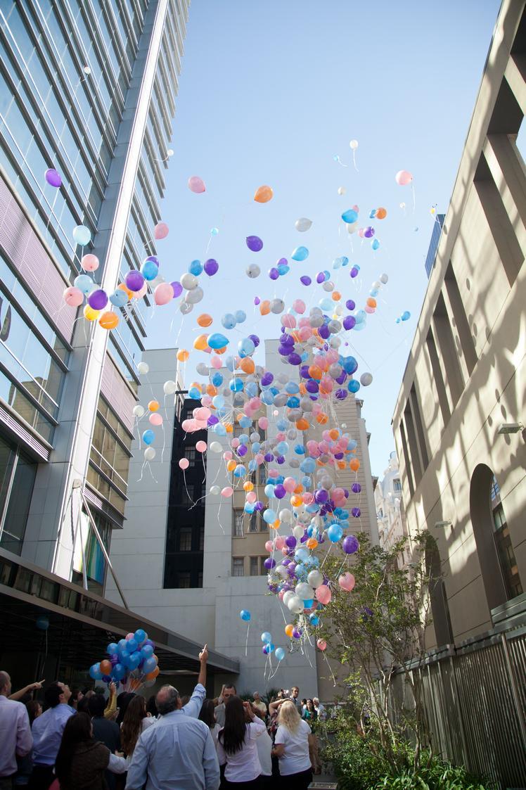 Emotivo momento de la suelta de globos en la Casa Matriz.