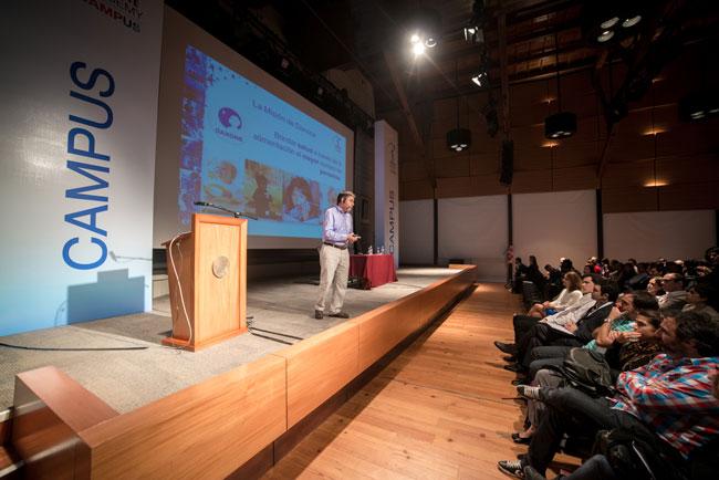 Una de las charlas realizadas en el auditorio en la que estuvieron presentes todos los grupos.
