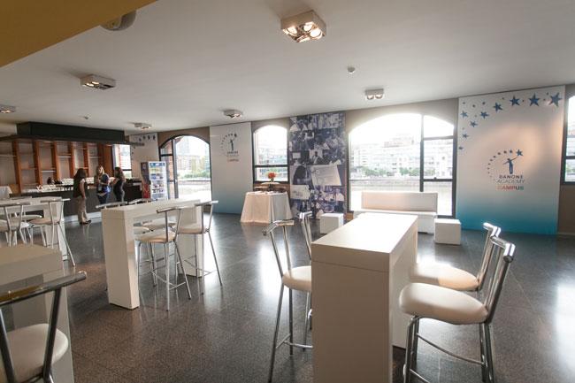 El lugar de descanso y relax donde los participantes tuvieron espacio de tomar café y procesar las clases.