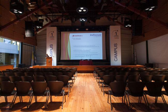 El auditorio vacío minutos antes de comenzar las charlas.